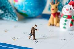 Άνθρωποι επιχειρησιακών μικροσκοπικοί αριθμών που περπατούν στο ημερολόγιο 31 ημερών και Στοκ Εικόνες