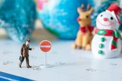 Άνθρωποι επιχειρησιακών μικροσκοπικοί αριθμών στο ημερολόγιο 31 ημερών με τη στάση s Στοκ Φωτογραφία