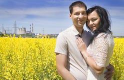 Άνθρωποι ευτυχίας Wo στον κίτρινους τομέα και το μπλε ουρανό Στοκ φωτογραφία με δικαίωμα ελεύθερης χρήσης