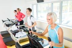 άνθρωποι ικανότητας άσκησης που τρέχουν treadmill τις νεολαίες Στοκ εικόνες με δικαίωμα ελεύθερης χρήσης