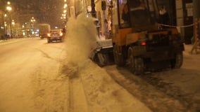 Άνθρωποι και αυτοκίνητα που κινούνται κατά μήκος της οδού τη νύχτα στη ισχυρή χιονόπτωση το χειμώνα φιλμ μικρού μήκους
