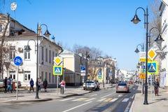 Άνθρωποι και αυτοκίνητα στην οδό Pyatnitskaya στη Μόσχα στοκ εικόνα