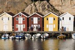 Άνθρωποι και ζωηρόχρωμα ξύλινα υπόστεγα αλιείας Στοκ Εικόνα