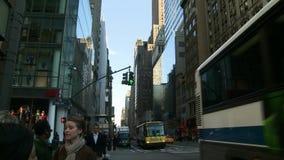 Άνθρωποι και κυκλοφορία στην πόλη της Νέας Υόρκης απόθεμα βίντεο