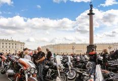 Άνθρωποι και μοτοσικλέτες στο τετράγωνο παλατιών Στοκ Εικόνα