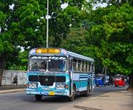 Άνθρωποι και οχήματα στην κύρια στάση λεωφορείου στοκ φωτογραφίες