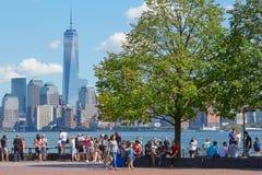 Άνθρωποι και τουρίστες που εξετάζουν τον ορίζοντα πόλεων της Νέας Υόρκης Στοκ φωτογραφία με δικαίωμα ελεύθερης χρήσης