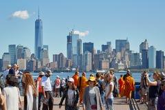 Άνθρωποι και τουρίστες που πυροβολούν τις φωτογραφίες και τον ορίζοντα πόλεων της Νέας Υόρκης Στοκ εικόνες με δικαίωμα ελεύθερης χρήσης