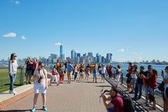 Άνθρωποι και τουρίστες που πυροβολούν τις φωτογραφίες με τον ορίζοντα της Νέας Υόρκης Στοκ Εικόνα