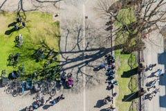 Άνθρωποι και bycicles άνωθεν Στοκ Φωτογραφίες