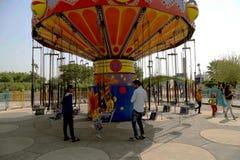 Άνθρωποι καρεκλών ταλάντευσης γύρου καρναβαλιού που απολαμβάνουν το γύρο καρναβαλιού στις καλοκαιρινές διακοπές Στοκ φωτογραφίες με δικαίωμα ελεύθερης χρήσης