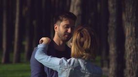 Άνθρωποι κατά μια ημερομηνία στον υπαίθριο απόθεμα βίντεο