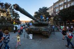 Άνθρωποι κατά τη διάρκεια μιας δημόσιας επίδειξης του στρατιωτικού εξοπλισμού στο κεντρικό τετράγωνο της πόλης Στοκ φωτογραφίες με δικαίωμα ελεύθερης χρήσης