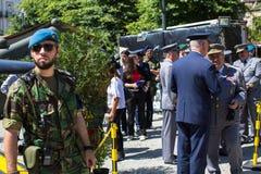 Άνθρωποι κατά τη διάρκεια μιας δημόσιας επίδειξης του στρατιωτικού εξοπλισμού στο κεντρικό τετράγωνο της πόλης Στοκ Φωτογραφίες