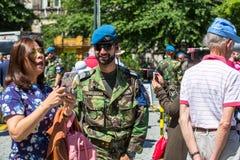 Άνθρωποι κατά τη διάρκεια μιας δημόσιας επίδειξης του στρατιωτικού εξοπλισμού στο κεντρικό τετράγωνο της πόλης Στοκ Εικόνες