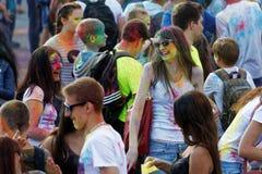 άνθρωποι κατά τη διάρκεια του φεστιβάλ των χρωμάτων Holi Στοκ Φωτογραφίες