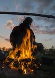 Άνθρωποι κοντά στην πυρά προσκόπων Στοκ Εικόνα