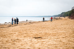 Άνθρωποι κοντά στη θάλασσα της Βαλτικής σε Saulkrasti, Λετονία Στοκ Φωτογραφία