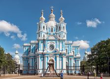 Άνθρωποι κοντά στον καθεδρικό ναό Smolny Αγία Πετρούπολη Ρωσία Στοκ Φωτογραφία