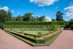 Άνθρωποι κοντά στο χαμηλότερο περίπτερο λουτρών στο πάρκο της Catherine TSARSKOYE SELO, ΆΓΙΟΣ-ΠΕΤΡΟΎΠΟΛΗ, ΡΩΣΊΑ στοκ εικόνες