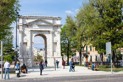 Άνθρωποι κοντά Arco στο dei Gavi στην πόλη της Βερόνα την άνοιξη Στοκ εικόνα με δικαίωμα ελεύθερης χρήσης