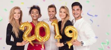 Άνθρωποι κόμματος που γιορτάζουν τη νέα παραμονή ετών στοκ φωτογραφία με δικαίωμα ελεύθερης χρήσης