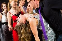 Άνθρωποι κόμματος που χορεύουν στη λέσχη disco στοκ εικόνες