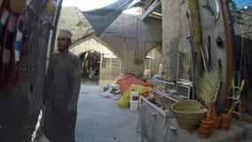 Άνθρωποι μέσα σε μια παλαιά αγορά σε Nizwa απόθεμα βίντεο
