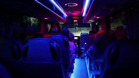 Άνθρωποι μέσα στο σαλόνι του μικρού λεωφορείου φιλμ μικρού μήκους