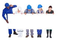 Άνθρωποι με τα διαφορετικά επαγγέλματα που κρατούν την αφίσσα Στοκ φωτογραφία με δικαίωμα ελεύθερης χρήσης