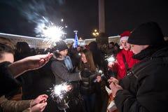 Άνθρωποι με τη Παραμονή Πρωτοχρονιάς sparklers Στοκ Εικόνες