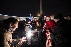 Άνθρωποι με τη Παραμονή Πρωτοχρονιάς sparklers Στοκ Φωτογραφία