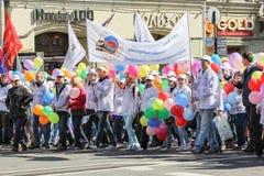 Άνθρωποι με τις δέσμες των ζωηρόχρωμων μπαλονιών Στοκ Φωτογραφίες