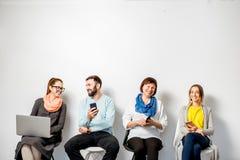 Άνθρωποι με τις συσκευές στο άσπρο υπόβαθρο στοκ φωτογραφία