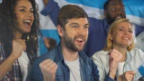 Άνθρωποι με τον αργεντινό στόχο εορτασμού σημαιών της εθνικής ομάδας ποδοσφαίρου, ένωση απόθεμα βίντεο
