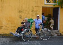 Άνθρωποι με τον κυκλο στην οδό σε Hoi, Βιετνάμ στοκ εικόνες