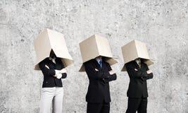 Άνθρωποι με το κιβώτιο στο κεφάλι Στοκ Φωτογραφία