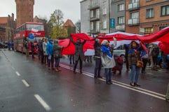 Άνθρωποι με το πολωνικό λευκό και κόκκινη σημαία στην εθνική ημέρα της ανεξαρτησίας στο Γντανσκ στην Πολωνία Στοκ φωτογραφία με δικαίωμα ελεύθερης χρήσης