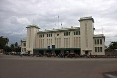 Άνθρωποι μπροστά από έναν σταθμό τρένου σε Pnom Penh Στοκ φωτογραφία με δικαίωμα ελεύθερης χρήσης