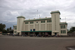 Άνθρωποι μπροστά από έναν σταθμό τρένου Στοκ Εικόνες
