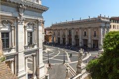 Άνθρωποι μπροστά από τα μουσεία Capitoline στην πόλη της Ρώμης, Ιταλία Στοκ εικόνα με δικαίωμα ελεύθερης χρήσης