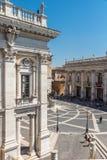 Άνθρωποι μπροστά από τα μουσεία Capitoline στην πόλη της Ρώμης, Ιταλία Στοκ Φωτογραφία