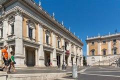 Άνθρωποι μπροστά από τα μουσεία Capitoline στην πόλη της Ρώμης, Ιταλία Στοκ Εικόνες
