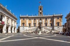 Άνθρωποι μπροστά από τα μουσεία Capitoline στην πόλη της Ρώμης, Ιταλία Στοκ Φωτογραφίες