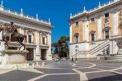 Άνθρωποι μπροστά από τα μουσεία Capitoline στην πόλη της Ρώμης, Ιταλία Στοκ εικόνες με δικαίωμα ελεύθερης χρήσης