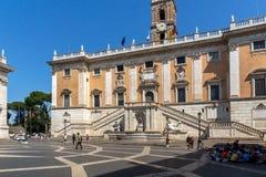 Άνθρωποι μπροστά από τα μουσεία Capitoline στην πόλη της Ρώμης, Ιταλία Στοκ φωτογραφία με δικαίωμα ελεύθερης χρήσης