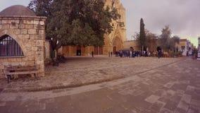 άνθρωποι μπροστά από τον καθεδρικό ναό του Άγιου Βασίλη μουσουλμανικών τεμενών πασάδων Lala Mustafa απόθεμα βίντεο
