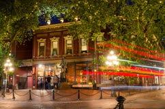 Άνθρωποι μπροστά από το άγαλμα του χλοώδους Jack σε Gastown, Βανκούβερ, τη νύχτα Στοκ Εικόνα