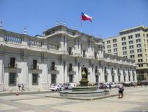 Άνθρωποι μπροστά από το κτήριο των Κοινοβουλίων στο Σαλβαδόρ de Χιλή στοκ φωτογραφία με δικαίωμα ελεύθερης χρήσης