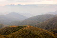 Άνθρωποι να πραγματοποιήσει οδοιπορικό σε ένα βουνό στη νότια Βραζιλία στοκ εικόνες